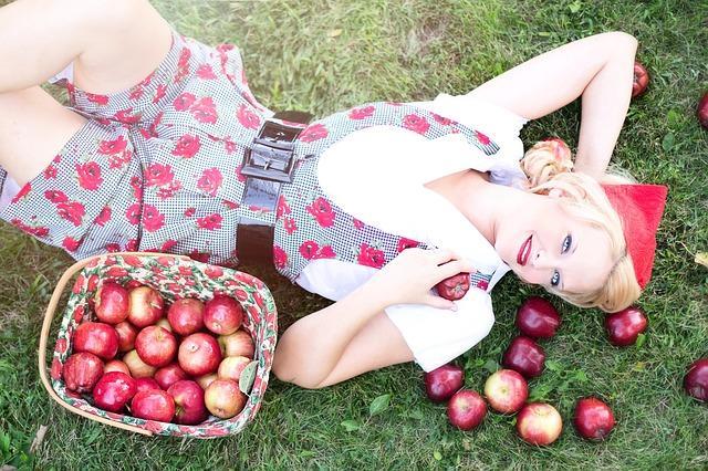 Frau mit Apfelkorb