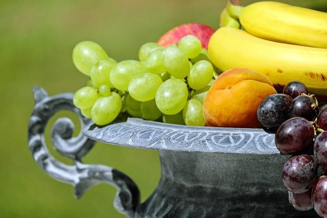 Korb mit Früchten für gesunde Ernährung