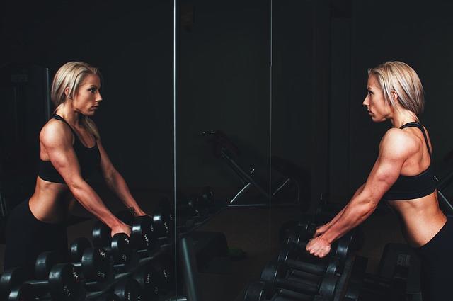 Durchtrainierte Frau im Fitnessstudio