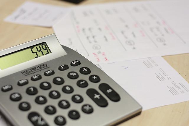 Den Kalorienbedarf mit Taschenrechner und Kalorienverbrauchsformel berechnen