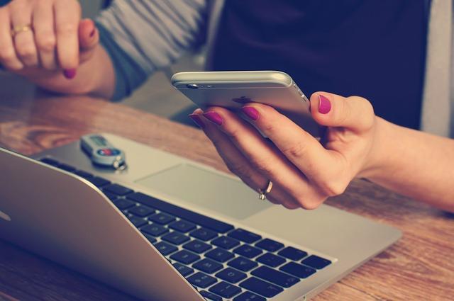 einkaufen am Laptop und Smartphone