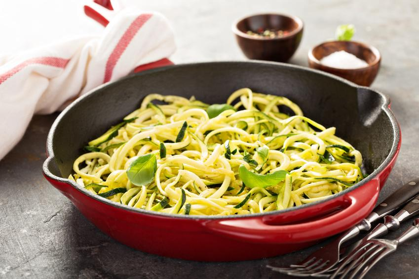 Zucchini Diätnudeln in roter Schale