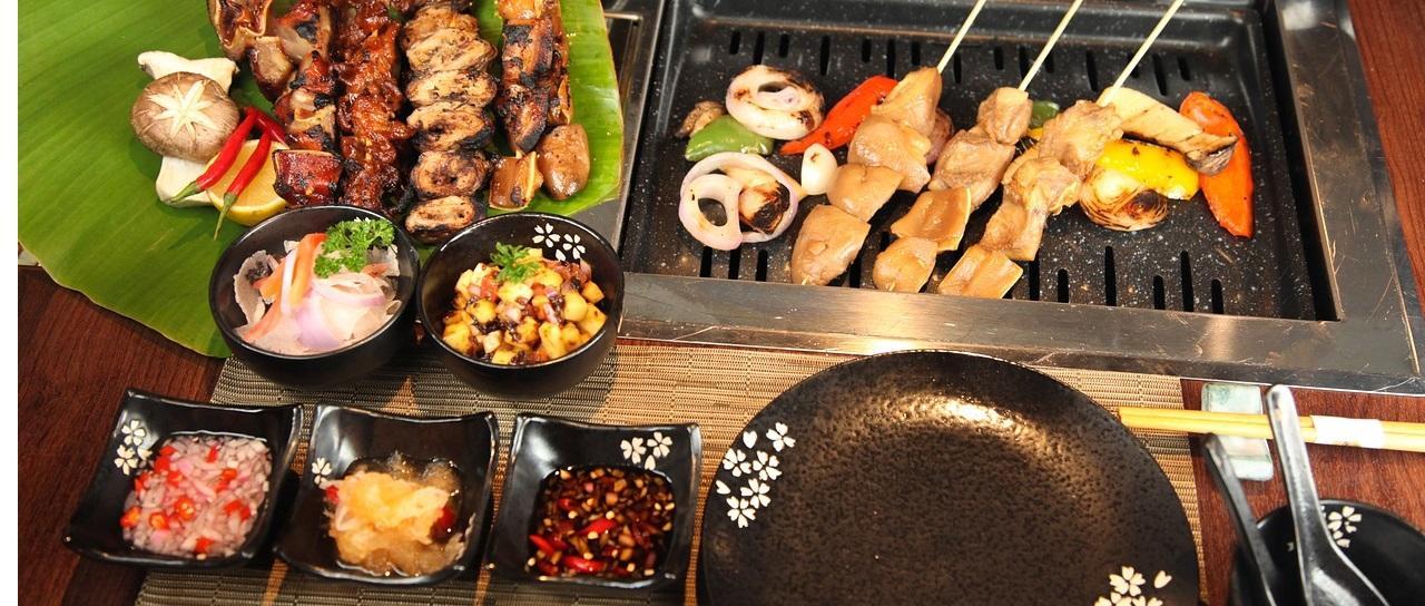 Tisch mit ketogenen Lebensmitteln